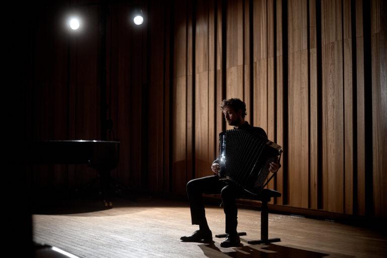 Samuele telari suona in ombra durante concerto a strasburgo