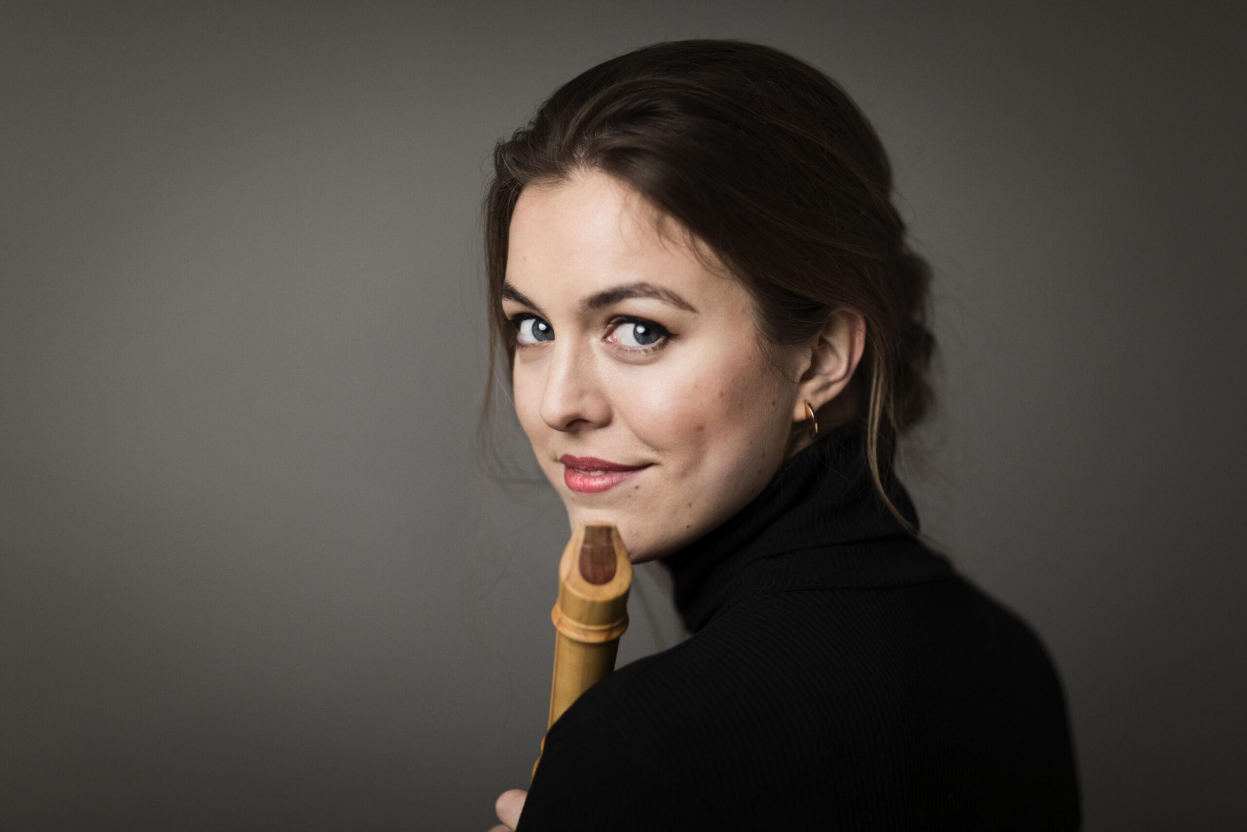 Tabea Debus di spalle con il suo flauto