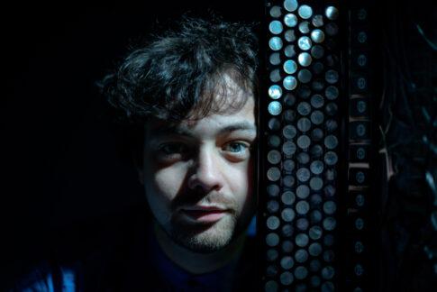 Samuele telari accanto alla tastiera della sua fisarmonica