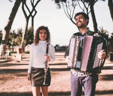 Samuele tlari e alice cortegiani passeggiano nel giardino degli aranci a roma, duo essentia