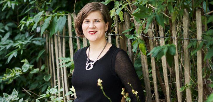 Ema nikolovska in un giardino