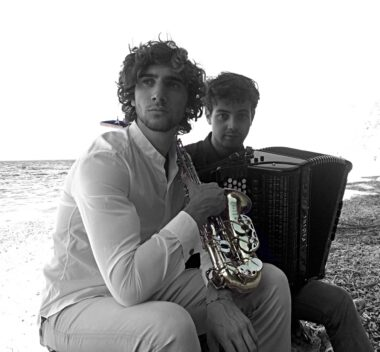 Samuele telari insieme a jacopo taddei in riva al mare