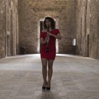 Alice cortegiani suona e cammina nella chiesa di san ponziano di spoleto