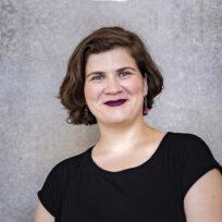 Ema nikolovska sorridente su sfondo grigio