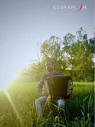 Samuele telari che suona nel suo giardino per classic fm