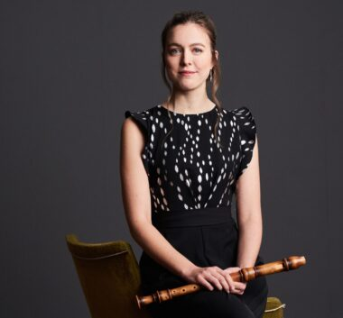 Tabea Debus seduta con flauto